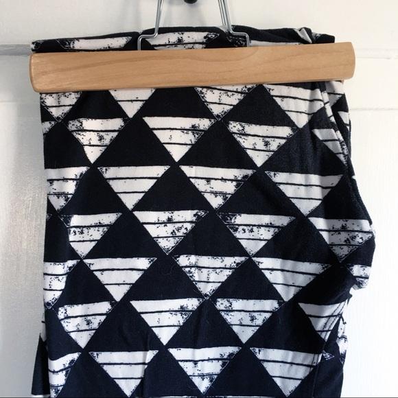 db418c68ca0d8 LuLaRoe Pants - EUC LuLaRoe TC Leggings - Black & White Triangles